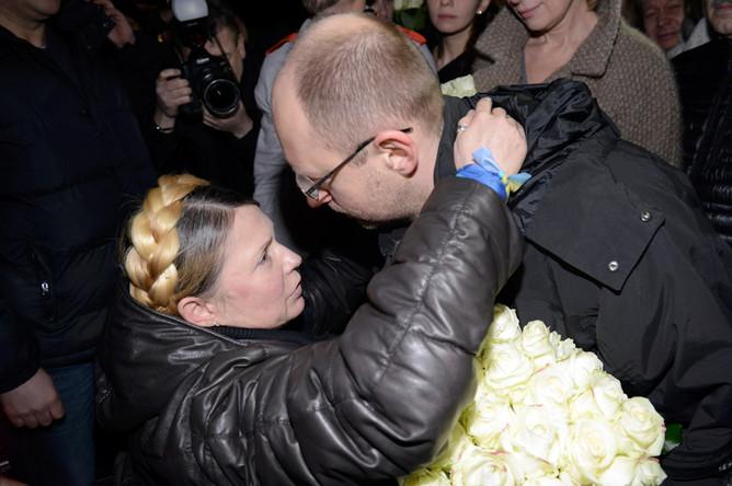 Юлия Тимошенко и Арсений Яценюк в аэропорту Киева