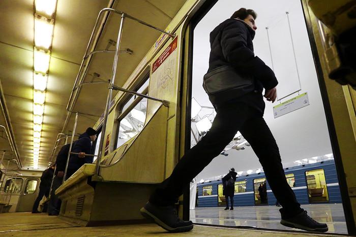 Пассажир выходит из вагона поезда на станции метро «Тропарево» Сокольнической линии