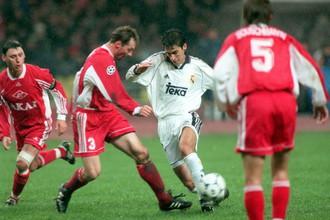 Рауль (с мячом) в окружении спартаковцев в знаменательном матче 1998 года