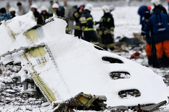 Фрагмент фюзеляжа пассажирского самолета Boeing 737-800 авиакомпании FlyDubai, разбившегося при посадке в аэропорту Ростов-на-Дону