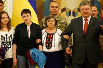 Надежда Савченко с сестрой и мамой (на первом плане) во время встречи с Петром Порошенко