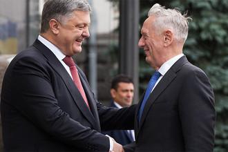 Президент Украины Петр Порошенко и министр обороны США Джеймс Мэттис в Киеве, 24 августа 2017 года