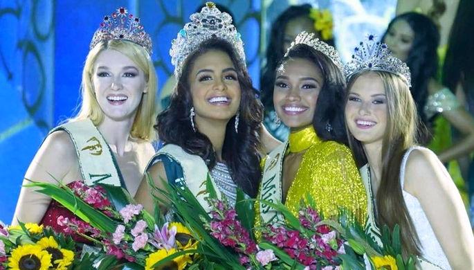 Слева направо: «Мисс Огонь» Алиса Маненок (Белоруссия), «Мисс Земля» победительница Неллис Пиментел (Пуэрто-Рико), «Мисс Воздух» Эмани Дэвис (США) и «Мисс Вода» Клара Ваврушкова (Чехия)