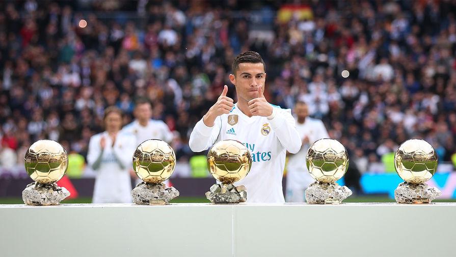Помимо клубных побед у Роналду множество индивидуальных наград. Среди них — пять «Золотых мячей». Данная награда ежегодно вручается лучшему футболисту мира.
