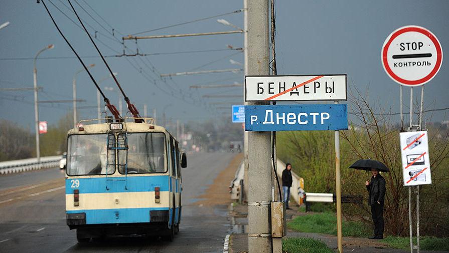 Цены в гривнах и рублях на одной из автозаправок в Донецке