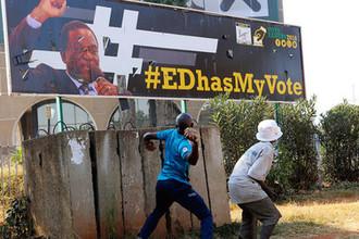 Сторонники оппозиции рядом с изображением президента Эммерсона Мнангагвы в Хараре, 1 августа 2018 года
