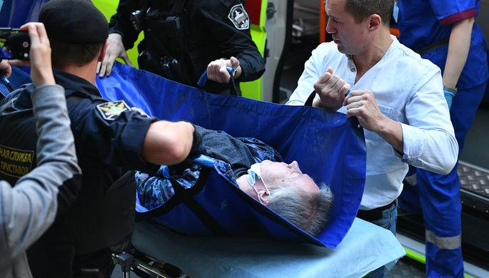 Михаил Ефремов на носилках около здания Пресненского суда Москвы, где должно было пройти заседание о смертельном ДТП с его участием, 11 августа 2020 года