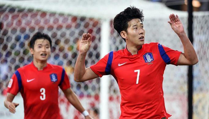 Сон Хын Мин (справа) в матче за сборную Южной Кореи