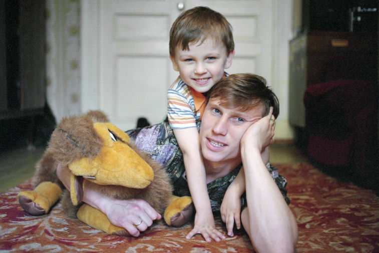 Футболист московского клуба «Динамо» Дмитрий Черышев с 6-летним сыном Денисом, 1995 год