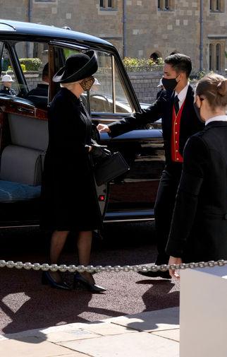 Камилла Паркер-Боулз прибывает на церемонию похорон герцога Эдинбургского Филиппа, 17 апреля 2021 года