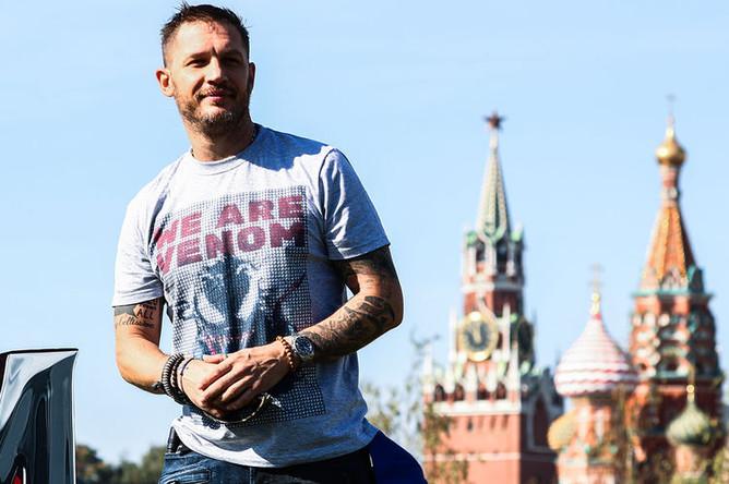 Актер Том Харди во время фотоколла в парке «Зарядье» в Москве, 21 сентября 2018 года