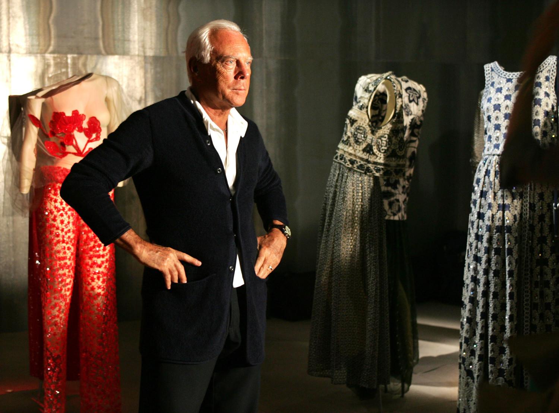 Джорджо Армани и его платья во время предпоказа выставки в Токио, 2005 год