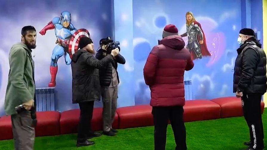 Изображения на стене детского игрового центра в Курчалое 17 ноябрямю