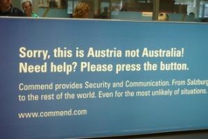Информационный щит напоминает, что вы находитесь не в Австралии, а в Австрии
