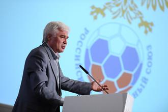 Известный в прошлом футболист, а ныне спортивный обозреватель Евгений Ловчев выступает на заседании