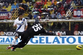 Диего Милито забивает второй гол в ворота «Болоньи»