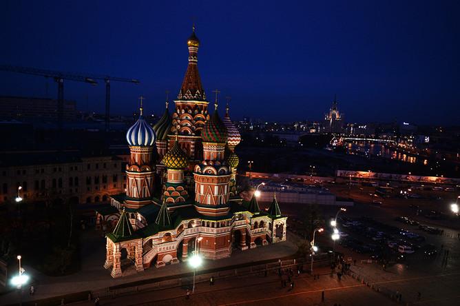 Вид на храм Василия Блаженного с подсветкой перед началом экологической акции «Час Земли» в Москве