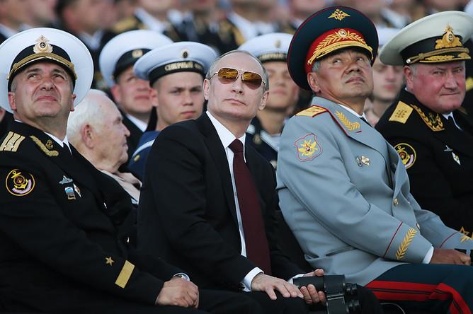 Президент РФ Владимир Путин (в центре) и министр обороны РФ Сергей Шойгу (второй справа) на военно-морском параде в День ВМФ России в Североморске