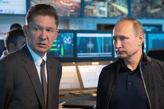 Президент РФ Владимир Путин и председатель правления ПАО «Газпром» Алексей Миллер на борту судна-трубоукладчика «Пиониринг Спирит» в Черном море в районе Анапы