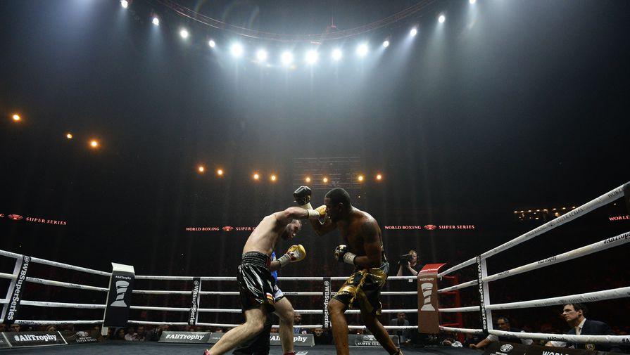 Боксера высмеяли за выход на бой в комичном шлеме