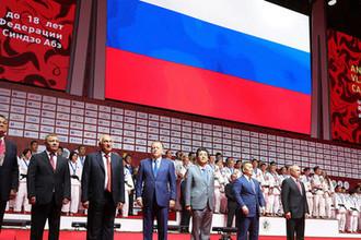 Президент России Владимир Путин, премьер-министр Японии Синдзо Абэ и президент Монголии Халтмаагиин Баттулга на церемонии награждения победителей Международного турнира по дзюдо во Владивостоке, 12 сентября 2018 года