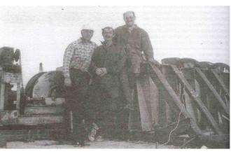 Вибромашина В-3 и основные участники испытаний (слева направо): В.Ф.Захаров, Ю.А.Симон, Г.Н.Ашкинадзе