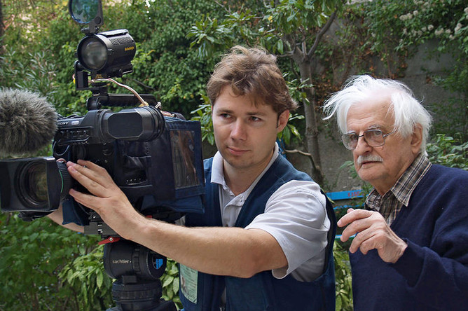 Кинорежиссер Марлен Хуциев во время своего 80-летнего юбилея в ялтинском пансионате «Малахит» на съемках фильма «Невечерняя», 2005 год