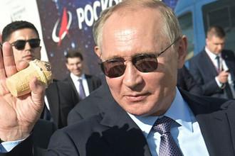 Президент России Владимир Путин с мороженым во время посещения авиасалона МАКС, 27 августа 2019 года