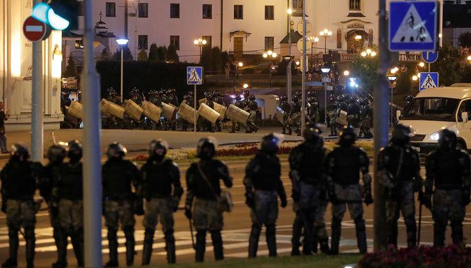 Сотрудники силовых структур в Минске во вторую ночь акций протеста после выборов президента Белоруссии, 10 августа 2020 года