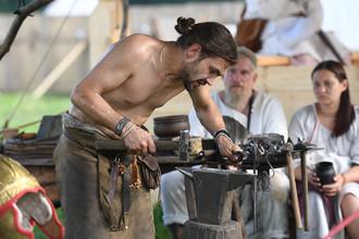 Кузнец в лагере реконструкторов на фестивале в парке «Коломенское», июль 2017 года