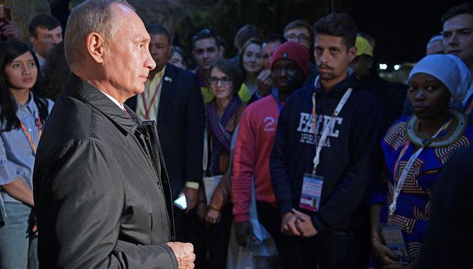 Владимир Путин во время встречи с участниками Всемирного фестиваля молодёжи и студентов в Сочи, 19...
