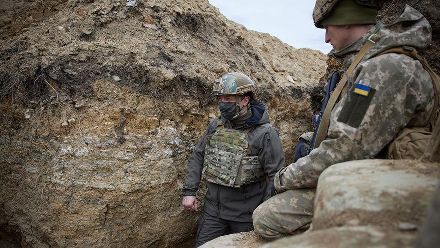 Президент Украины Владимир Зеленский во время посещения позиций украинских войск в Донбассе, 8 апреля 2021 года