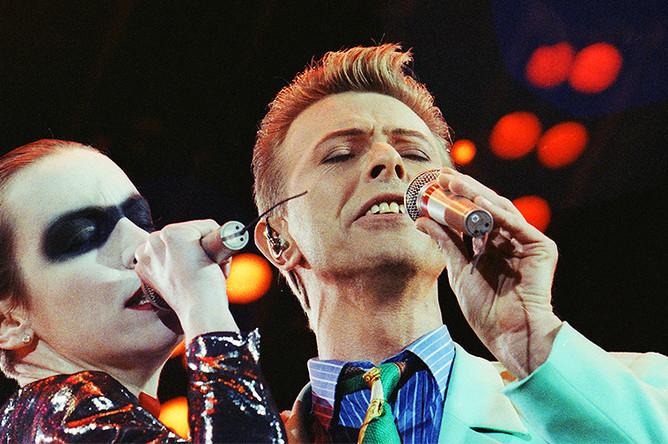 Дэвид Боуи с шотландской певицей Энни Леннокс на концерте-трибьюте в честь Фредди Меркьюри, 1992 год