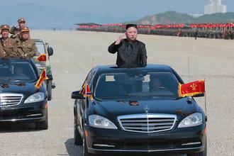 Высший руководитель КНДР Ким Чен Ын во время военных учений в честь 85-летия армии. Фотографии опубликованы 26 апреля