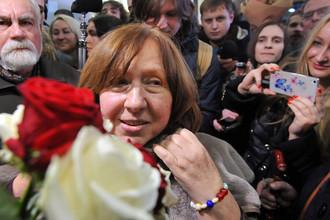 Лауреат Нобелевской премии по литературе Светлана Алексиевич во время встречи в аэропорту Минска, декабрь 2015 года