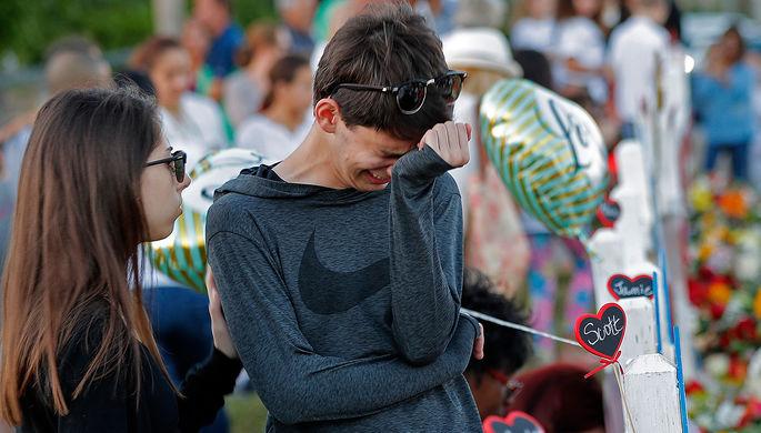 Школьники после стрельбы в школе во Флориде, в результате которой погибли 17 человек, февраль 2018...