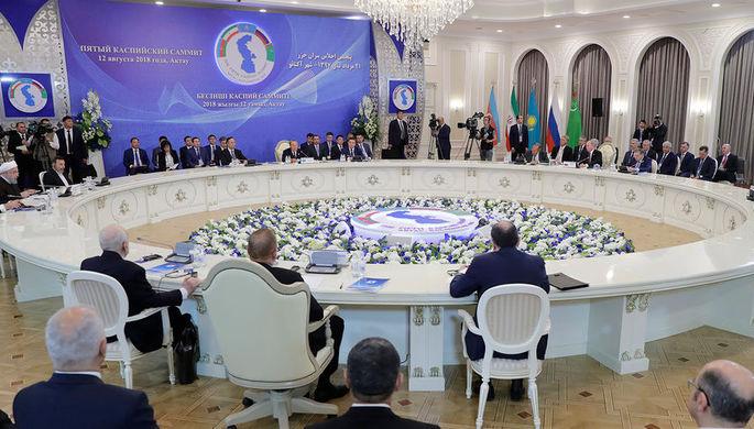 На заседании глав государств-участников V Каспийского саммита во Дворце дружбы.