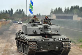 Глава МИД Британии Борис Джонсон во время поездки на танке в Эстонии, 8 сентября 2017 года