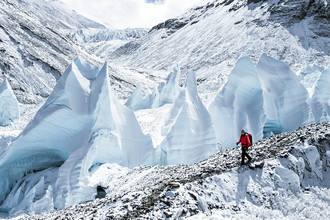 Альпинист на пути к северному склону Эвереста, Китай, 5 февраля 2013