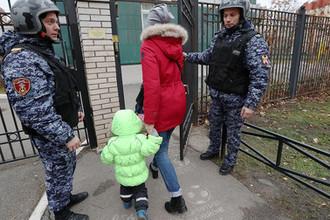 Сотрудники Росгвардии во время профилактического рейда с целью проверки работы охранной службы в одном из детских садов Санкт-Петербурга, 5 ноября 2019 года
