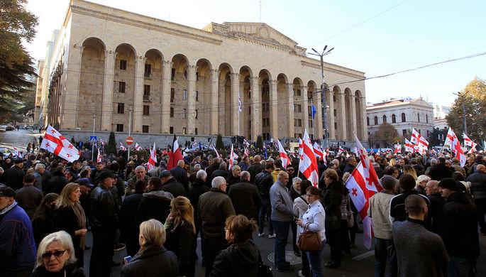 «Пусть не приходят»: в Тбилиси оппозиция заблокировала парламент