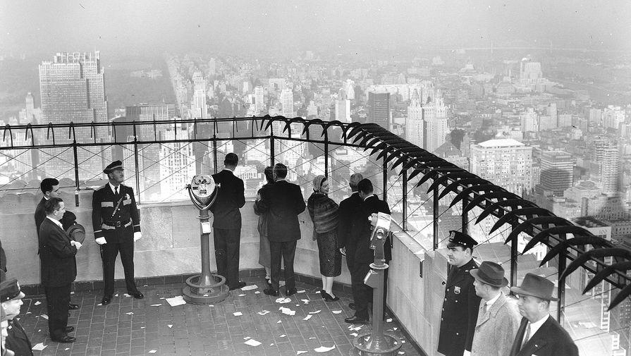 В разгар Великой депрессии собственнику не удалось оперативно решить вопрос с привлечением арендаторов. Долгое время многие офисы Эмпайр-стейт-билдинг стояли пустыми. Только к началу 1940-х эта проблема была решена. Но приносить доход здание начало еще одно десятилетие спустя. На фото: королева Елизавета II и принц Филипп наслаждаются видами Нью-Йорка с крыши обсерватории Эмпайр-Стейт-билдинг, 1957 год