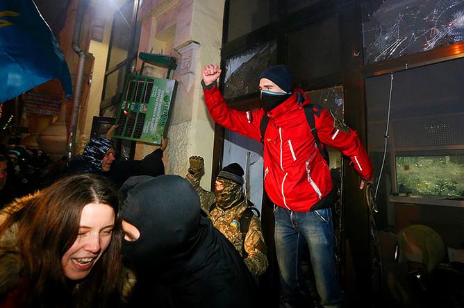 Во время беспорядков в центре Киева у отделения Сбербанка