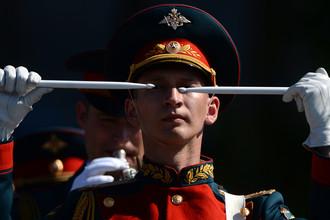 Военнослужащий парадного расчета перед началом парада на Красной площади, 9 мая 2016 года