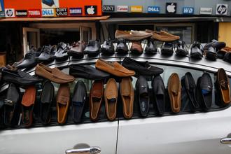 Торговля обувью на одной из улиц Лагоса, Нигерия, 4 июля 2017 года