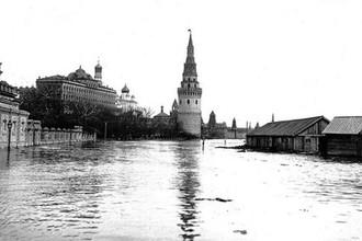 Вид на Кремль со старого Каменного моста во время наводнения, 1908 год