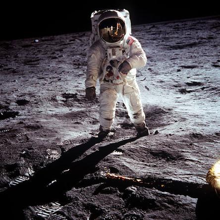 Астронавт Базз Олдрин рядом с лунным модулем корабля «Аполлон-11» на поверхности Луны, 20 июля 1969 года