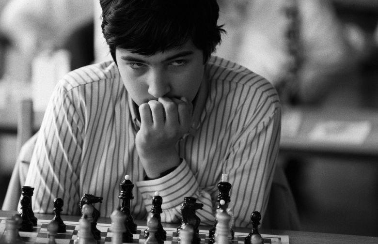 Шахматист Владимир Крамник за игрой, 1989 год