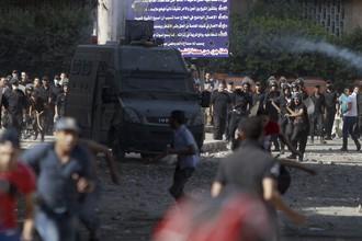 Столкновение протестующих с полицией у здания американского посольства в Каире.