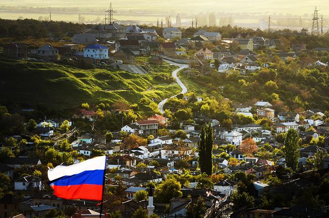Вид на Бахчисарай и российский флаг в Южном Крыму